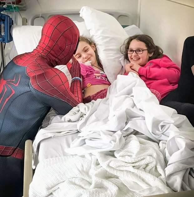 Поначалу на пути было немало препятствий, поскольку больницы не сразу одобрили его идею болезнь, герой, история, костюм, мужчина, помощь, ребенок, человек паук