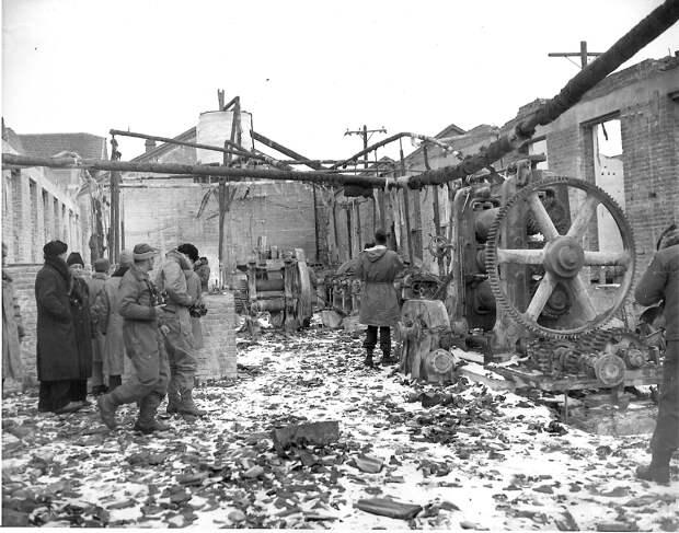 Демонтированная фабрика резиновых изделий. 1946