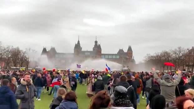 «Снова водометы»: вАмстердаме разогнали митинг против ограничительных мер