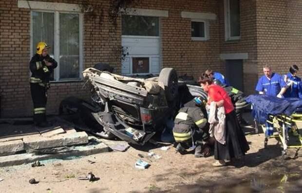 Автомобиль влетел в здание колледжа в Москве. Есть пострадавшие