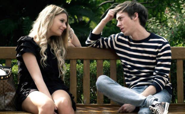 блондинка сидит с парнем на скамейке