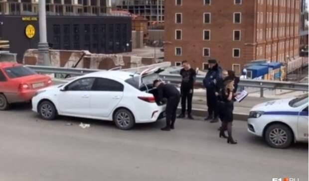 Автомобилиста задержали иобыскали полицейские вцентре Екатеринбурга