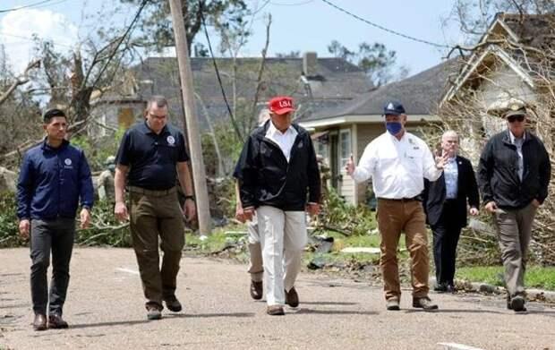 """""""Получишь 10 тысяч"""": в пострадавшей от урагана Луизиане Трамп торговал своим лицом"""