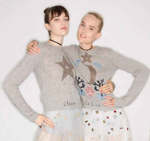 Модели позируют за кулисами первого показа Кьюри в Dior.