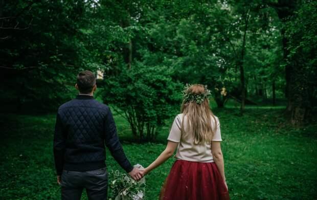 Влюбленная пара в саду