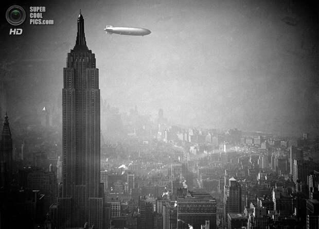 США. Нью-Йорк. 8 августа 1936 года. Немецкий дирижабль  «Гинденбург» проплывает мимо Эмпайр-стейт-билдинг по пути из Германии в Лейкхёрст, штат Нью-Джерси. (AP Photo)