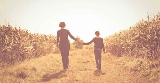 Лучший способ стать сильным человеком - это быть воспитанным сильной матерью