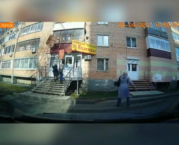 Облицовка балкона рухнула на прохожих в Ижевске