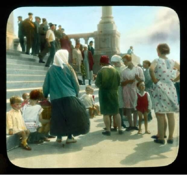 Группа людей на ступенях библиотеки имени Ленина.