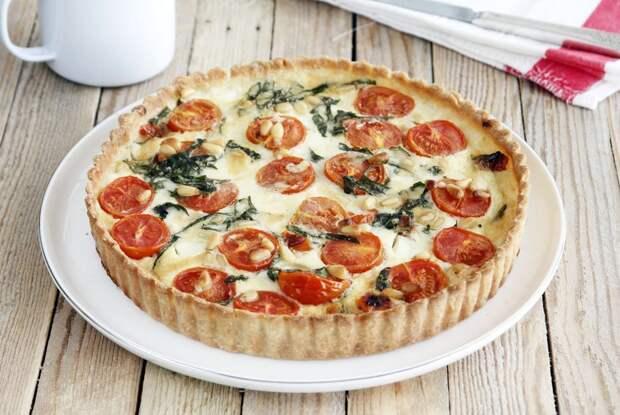 Открытый пирог с творожным сыром и зеленью
