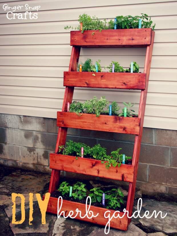 Лестница с широкими ступеньками станет отличным основанием для цветов и растений.