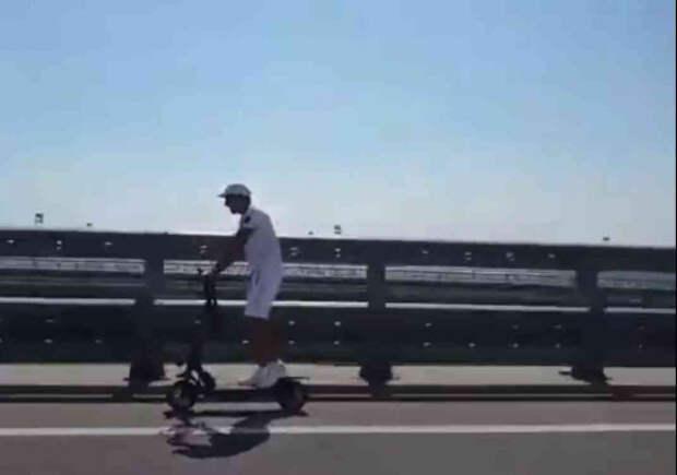 Неизвестный гражданин в белых одеждах проехал по Крымскому мосту на электросамокате (ВИДЕО)