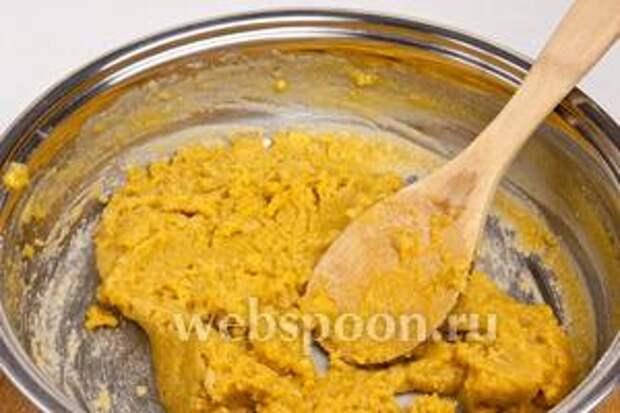 Добавить нутовую муку и периодически помешивая оставить на 15 минут на медленном огне, вскоре появится ореховый аромат.