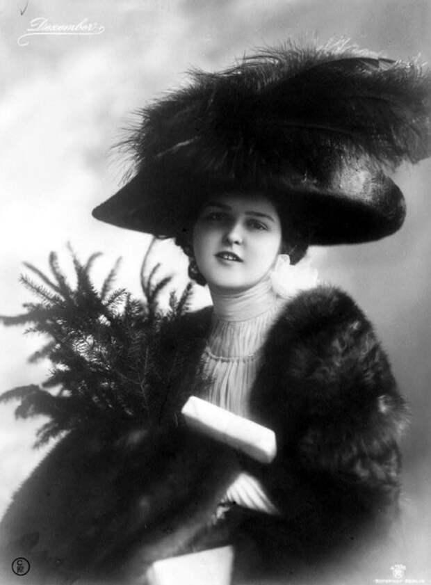 Мода диктовала свои законы - тяжелая шляпа с загнутыми полями и перьями на даме.
