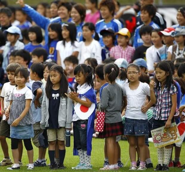 Японские футболисты обыграли 100 детей