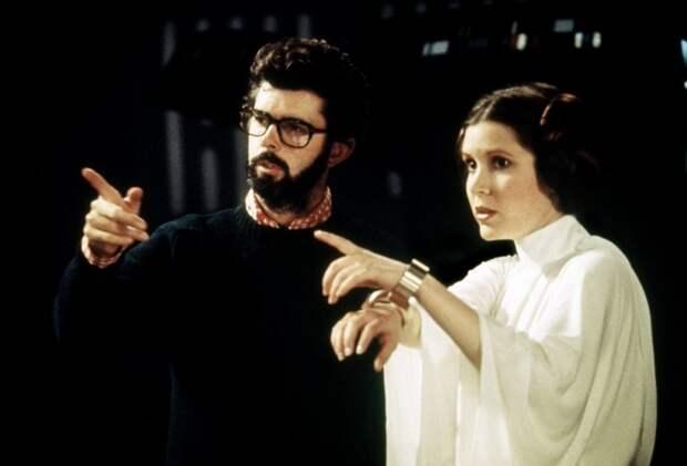 Джордж Лукас и Кэрри Фишер во время съёмок фильма «Звёздные войны. Эпизод IV: Новая надежда». Фото