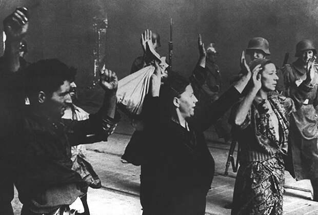 Еврейских женщин конвоируют немецкие солдаты. Варшава, сентябрь 1939 года