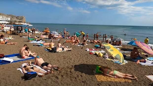 Мест почти нет, люди загорают стоя: блогер показал забитые пляжи Крыма