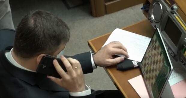 Главный реинтегратор Донбасса в Раде развлекается игрой в шахматы с планшетом