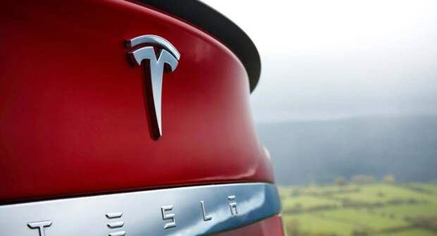 На гоночной трассе заметили электрокар Tesla Model S Plaid с выдвижным спойлером на крышке багажника