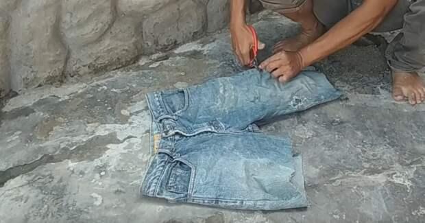 Довольно необычная идея использования старых штанов. На участке точно пригодится
