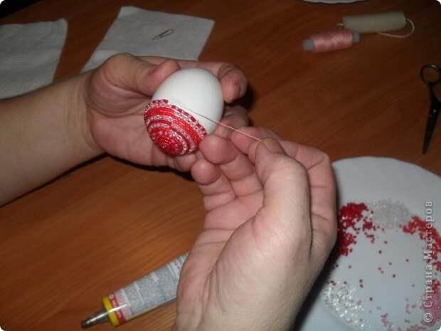 Хочу предложить вам технику оплетения яиц бисером, которая совсем не сложная, яркая и красочная. Много лет назад увидела ее в каком-то журнале и с тех пор вместе с учениками украшаю яйца к Пасхе. Попробуйте, это не сложно.. Фото 22