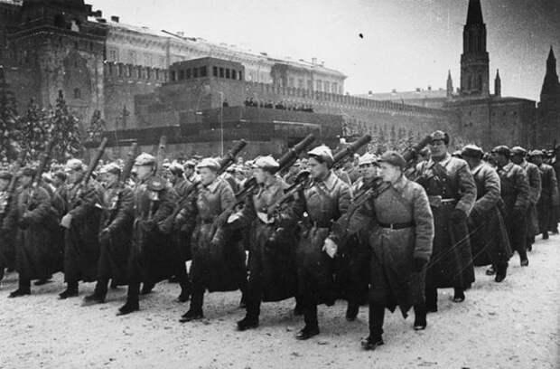 Бойцы в будёновках на параде 7 ноября 1941 года