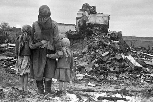 Выжившие мирные жители на руинах своего дома
