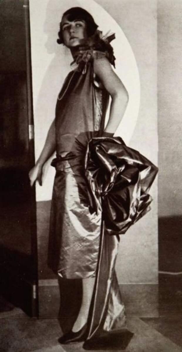 Неизменный материала платья - шелк.