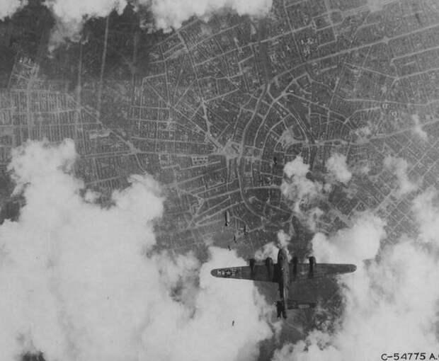 """Почему """"Мемфисская Красавица"""" стала самым знаменитым бомбардировщиком Второй Мировой Войны Военная авиация, Военная история, Вторая мировая война, История второй мировой, б-17, Летающая крепость, Видео, Длиннопост"""