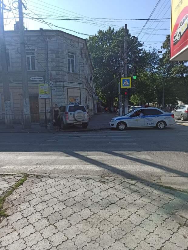 В Симферополе на улице Карла Маркса автомобиль врезался в дом