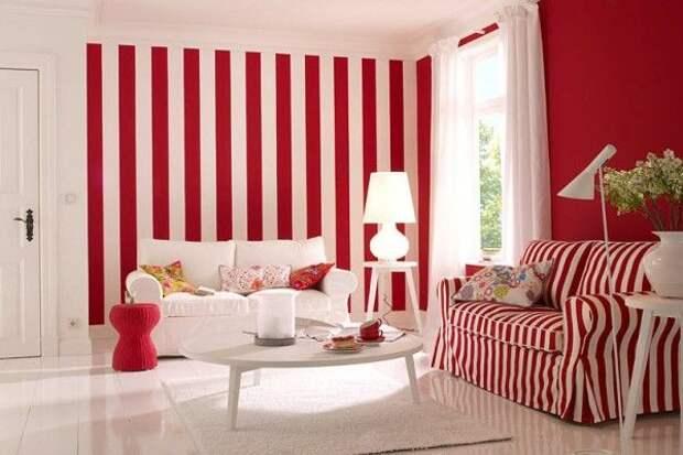 Белые шторы к полосатым обоям для зала