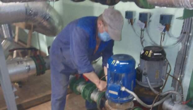 Рабочие отремонтировали насос на тепловом пункте в микрорайоне Климовск