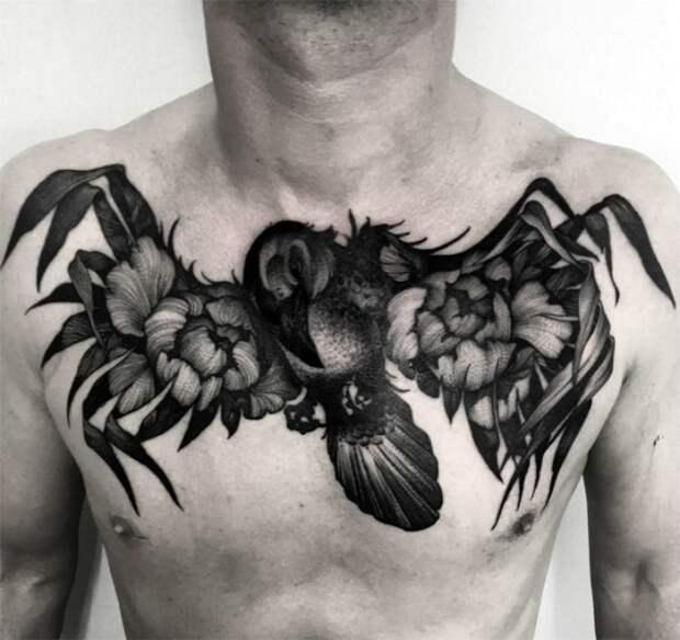 Татуировка с изображением птицы на груди.