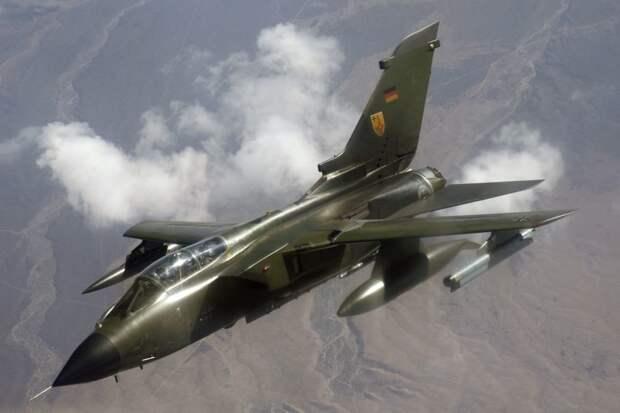 Истребитель ВВС ФРГ сбросил бомбы на границу с Голландией