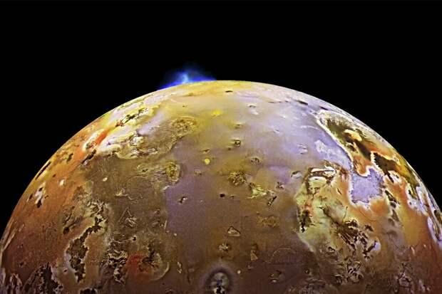 Извержение вулкана на спутнике Юпитера Ио. NASA/Galileo