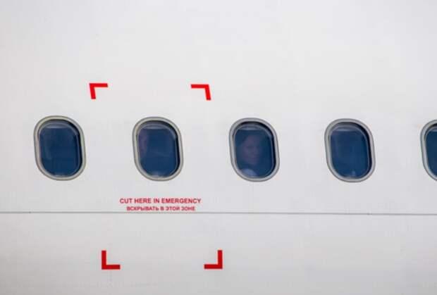 Там, где на фюзеляже расположены красные отметки, легче всего прорубить выход / Фото: n1s1.hsmedia.ru