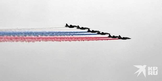 Пролет авиации над Красной площадью завершил парад Победы в Москве