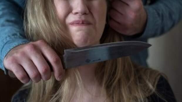 На улице уголовник с ножом напал на бывшую жену