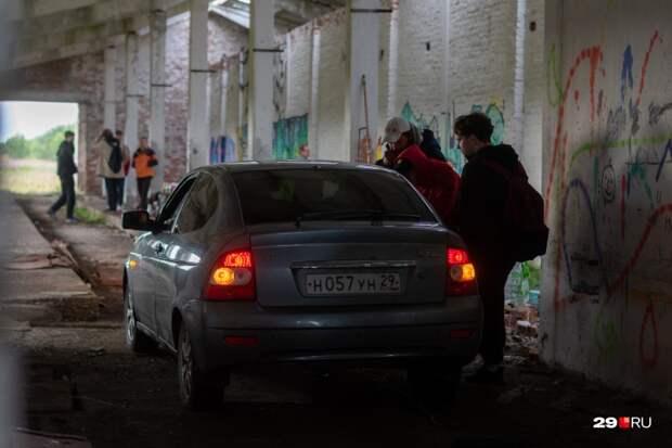 Жители Кегострова заезжали в коровник на автомобиле