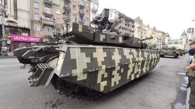 В Украине на репетицию парада приехал танк, обклеенный малярным скотчем