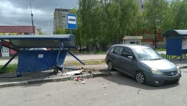 В Подольске иномарка врезалась в остановку, на которой находилась девушка