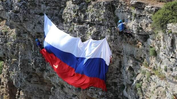В Дагестане в День России спасатели развернули на вершине горы флаг РФ
