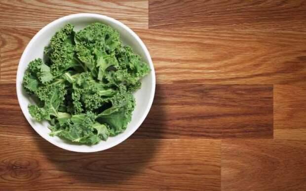 Капуста  Без сомнения, вы должны есть зелень в течение всего дня. Салат из зелени и овощей – прекрасное блюдо, пока вы не решаете добавить в него майонез или другие высококалорийные заправки. Проявите творческий подход и добавьте немного листовой капусты в ваш салат, бутерброд или овощной коктейль.