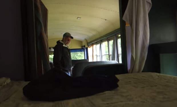 Нашли заброшенный автобус в лесу: внутри оказался дом отшельника на зависть городским
