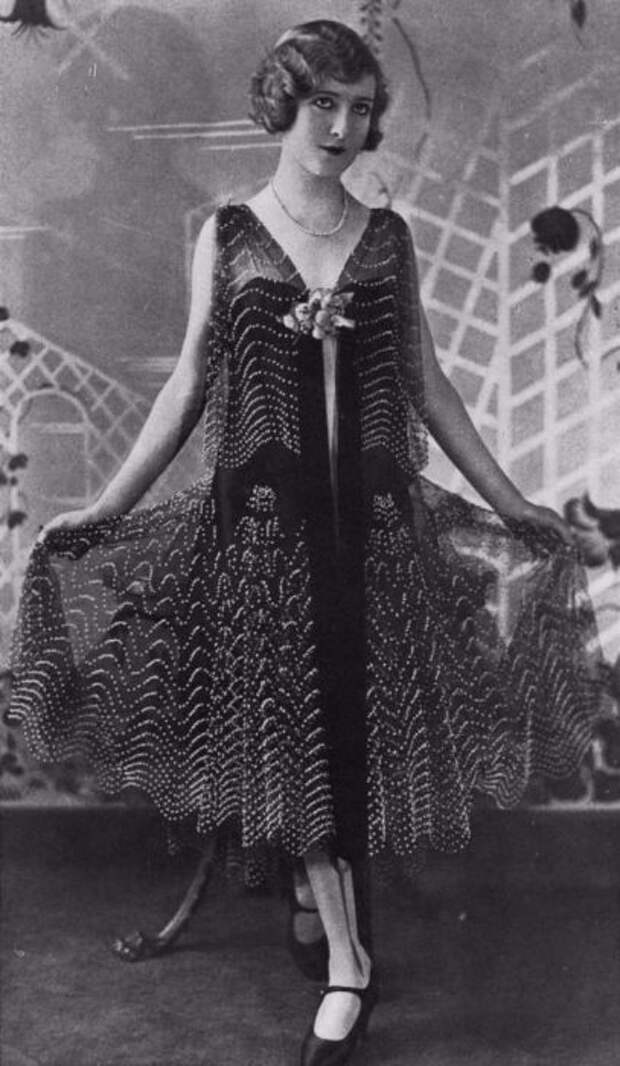 Модной тенденцией представлено платье с опущенной талией на бедра из прозрачной ткани.