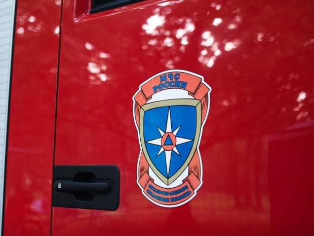 В Пушкине автомобиль врезался в здание школы и загорелся