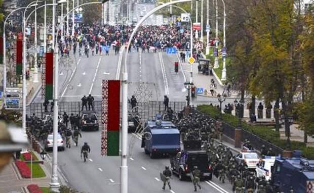 На фото: полиция Минска блокирует улицы города во время очередной демонстрации против результатов президентских выборов