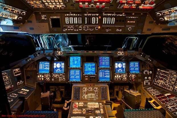 В кабине пилота космического челнока