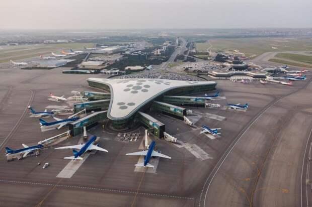 Здание терминала имеет треугольную форму, хотя визуально кажется овальным / Фото: azal.az